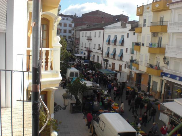 Negativa de los comerciantes ambulantes al traslado  del mercado semanal