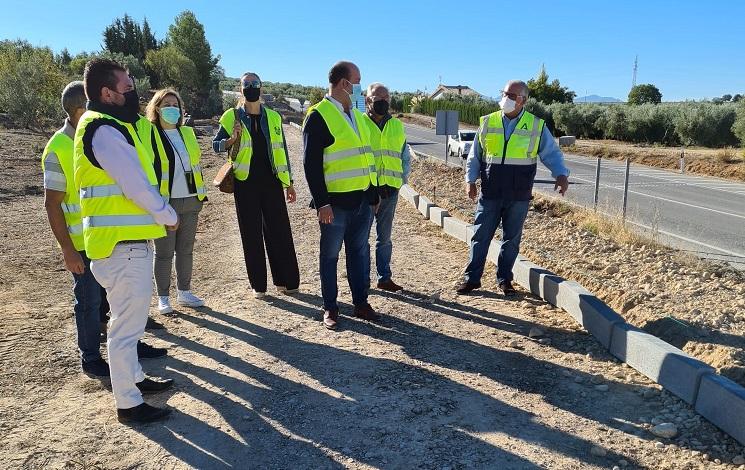 La Junta construye un acerado para mejorar el acceso al carril bici de la carretera de Fontanar