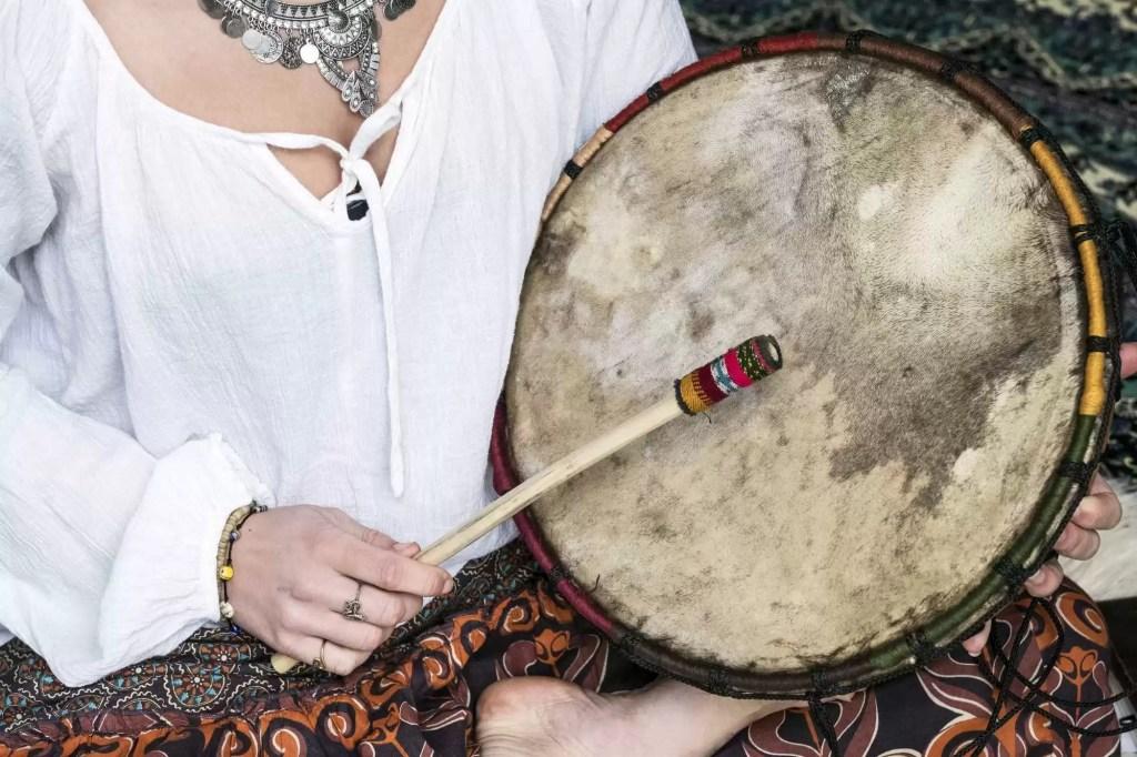 Photo d'un chaman pratiquant le voyage au tambour chamanique