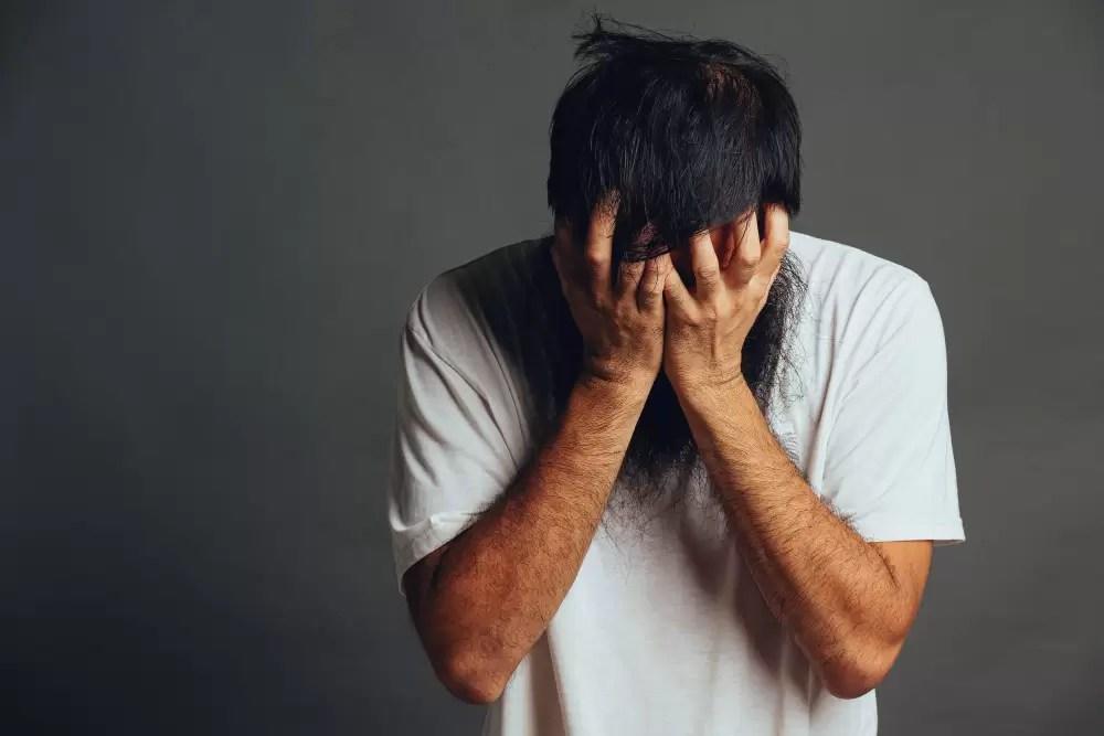 Photo d'un homme anxieux à cause d'un blocage énergétique.