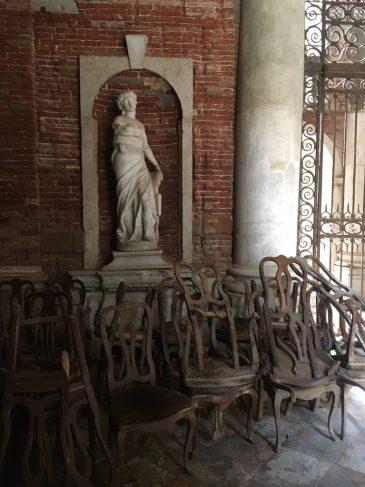 Afgedankte stoelen conservatorium Venetië