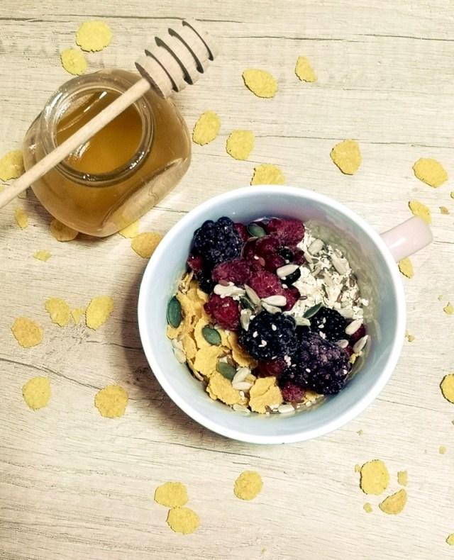 iaurt cu seminte, fulgi de porumb, miere si fructe - lorys blog