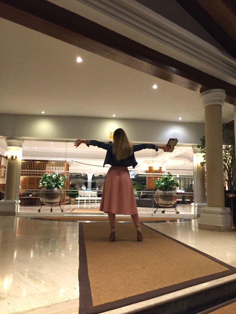 HotelEntranceLosMonterosGirl