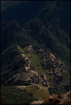 détail du site principal avec la résidence royale, le temple des 3 fenêtres et l'intihuatana à gauche, la place principale au centre, le secteur urbain, des artisans et le temple du condor à droite.