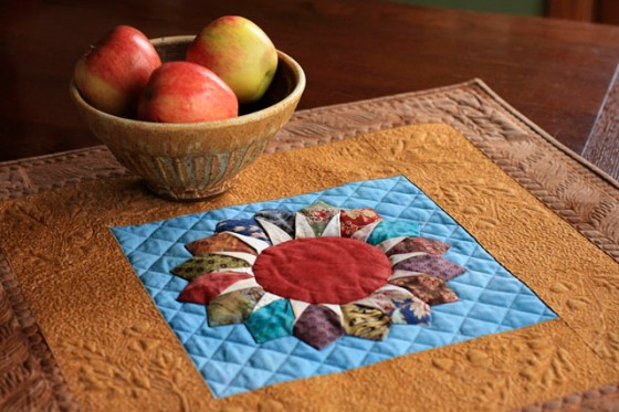 Free motion quilted small vase quilt