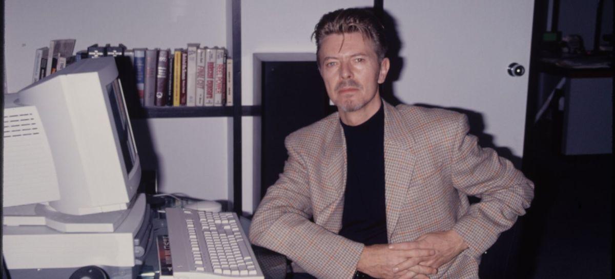 Así predijo David Bowie el auge de las redes sociales | Foto. WebArchive/David Bowie posando con su computadora en 1996.