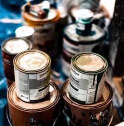Varias latas de pintura