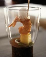 Tapa gambero con fili di patate, ananas e liquirizia dello chef Xabier Soriano ©Ente Spagnolo del Turismo - Turespaña