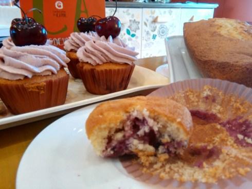 Cupcakes y bizcocho con cerezas