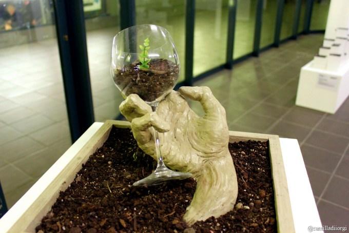 Superbia- Creta, terra, bicchiere di vetro di Alessandra Cozzi