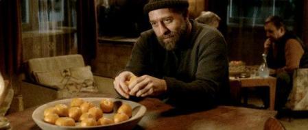 Ahmed mentre mangia i mandarini nella scena citata del primo incontro