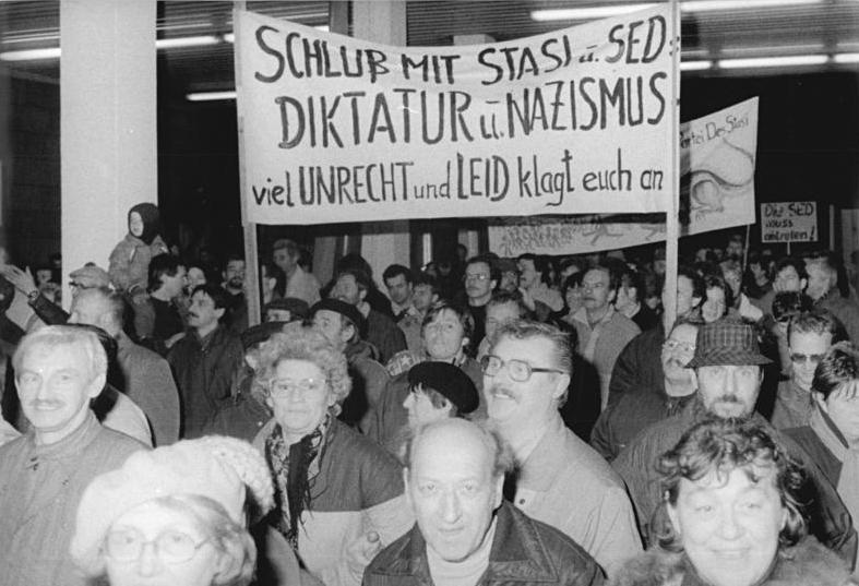 https://upload.wikimedia.org/wikipedia/commons/e/ee/Bundesarchiv_Bild_183-1990-0116-013,_Berlin,_Stürmung_Stasi-Zentrale.jpg