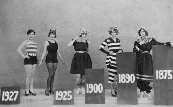 Delle ragazze in posa mostrano i diversi modelli di costume da bagno nel tempo