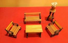 Tresillo en miniatura de madera.