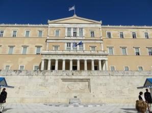 El Parlamento de Atenas con el monumento al Unknown Soldier en primer plano