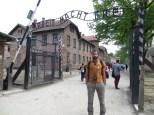 """La entrada al campo de concentración, con el irónico lema """"El trabajo duro libera"""" dando la bienvenida."""