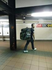 Erase una vez un hombre a una mochila colgado... Pablo se va al partido de hockey!