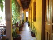 Me encantan los patios, los techos altos y esos colores vivos. Algunos rincones de este hostel tienen mucho encanto.