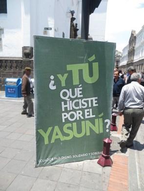 Cartel exhibido en la plaza de la independencia criticando el pasotismo de la población respecto a la explotación petrolífera en el Yasuní.