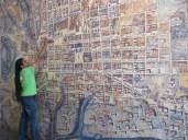 Ovidio explicando sobre el mapa la evolución histórica de Quito