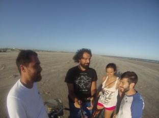 Con Victor y una amigo suyo brasileño. Luchando contra el fuerte viento.