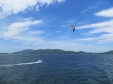 Contemplando a los kitesurfers