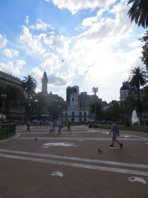Se pueden ver en el suelo las siluetas de las Madres de la Plaza de Mayo, para clarificar las desapariciones ocurridas durante la dictadura de Videla (1976-1983)