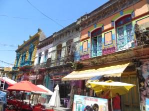 Restaurantes por todas partes, música de tango y fachadas de colores