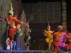 Baile-show típico en Camboya. Suele durar una hora y cada actor/músico cobra 2$ por sesión... el menú son 12$ más bebida y había más de 200 personas... podéis hacer cuentas.