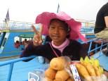 Vendedoras de todas las edades ofrecen panes, quesitos de la vaca que ríe, bebidas y plátanos para el trayecto.
