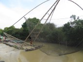 Varias de estas catapultas se encontraban repartidas por el río. Con un mecanismo sencillo pero increiblemente eficaz, conseguían capturar una buena cantidad de pescaditos en tiempo record!