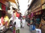 En esta calle sólo podías encontrar vestimenta india, concretamente saris que son como unos foulards de seda larguísimos (de unos 6 metros) que se enrollan alrededor del cuerpo a modo de vestido