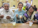 Mónica con Mohamed y su esposa, disfrutando de unos buenos lassis. Muchas gracias por la invitación y la conversación!