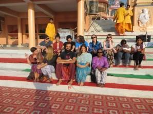 El domingo, llegamos con tiempo a la ceremonia Puja en Rishikesh, a orillas del río Ganges