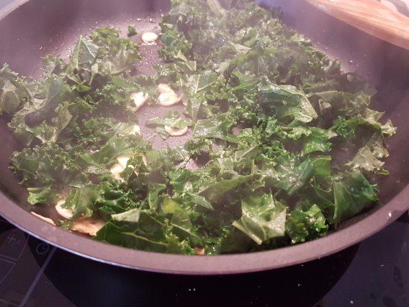 Kale al ajillo Huevo escalfado y Jamón