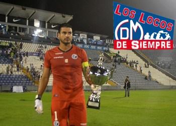 Erick Delgado, capitán del Deportivo Municipal, con la Copa Saco Oliveros. Foto: LOSLOCOSDESIEMPRE