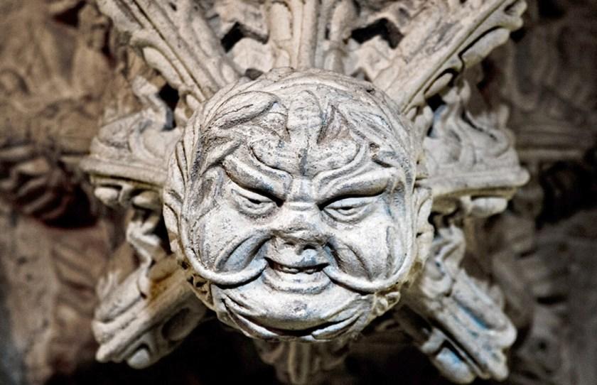 John R. Heisner  La construcción de la Capilla Rosslyn, ubicada al norte de Edimburgo, en Escocia, se inició aproximadamente en 1446 por William Sinclair, quien según se dice fue un Caballero Templario que probablemente participó en una guerra en Tierra Santa. Si bien ninguno de esos hechos ha sido confirmado, la capilla que construyó está llena de imágenes de piedra que, en general, dejan la clara impresión de que el sitio es religioso. Sin embargo, definitivamente no es un sitio cristiano y no encaja fácilmente en ningún motivo religioso actual bien conocido. En una palabra, es una evidencia única y reveladora de que el arquitecto estuvo muy involucrado con los misterios iniciáticos.  Una de las imágenes de piedra talladas en el interior de la capilla simboliza a un Hombre Verde, que en ciertos estudios religiosos se ha asociado con las llamadas religiones paganas. Después de estudiar cuidadosamente esas imágenes, parece más probable que el Hombre Verde sea consistente con una interpretación más Masónica de la Deidad que de cualquier otra religión o filosofía. La representación es claramente la de una cabeza de hombre con vides frondosas que crecen desde el interior y se extienden hacia afuera a través de la boca y se desplazan hacia arriba formando una vegetación espesa y espesa.  Si bien la figura ciertamente podría simbolizar el ciclo interminable de estaciones y regeneración que se encuentra comúnmente en otros símbolos paganos claramente definidos, su origen es griego y romano. Para ellos, el Hombre Verde representó el pleno florecimiento de la educación y, por lo tanto, fue una inspiración para aquellos que contemplan la búsqueda del conocimiento. El Hombre Verde más tarde encontró su camino hacia el simbolismo cristiano donde representaba la inmortalidad del espíritu y la resurrección de Jesús. Independientemente de si el Hombre Verde representa a Jesús vinculando el Cielo con la Tierra, o la búsqueda más simplista del conocimiento, es innegable que también