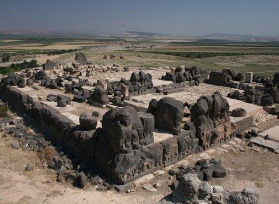 Resultado de imagen de El par gigante de huellas en el templo de Ain Dara