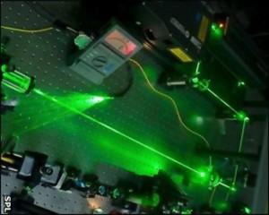Los átomos se bombardean con Láser para activar la luz.