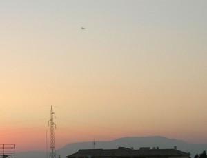 En esta imagen se observa un avión por lo que se puede comparar con la imagen del Ovni.