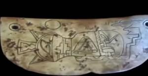 Piedra Maya donde aparecen  representaciones de seres que viajan por el espacio de nuestro Sistema Solar.