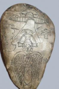 Piedra Maya con representaciones de Ovnis donde viajan Seres.