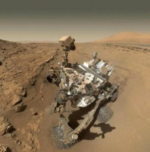 """¿Quien arregla el Rover Curiosity y lo pone en marcha cuando se atasca en el camino? ¿Cómo hace para """"auto"""" fotografiarse?"""