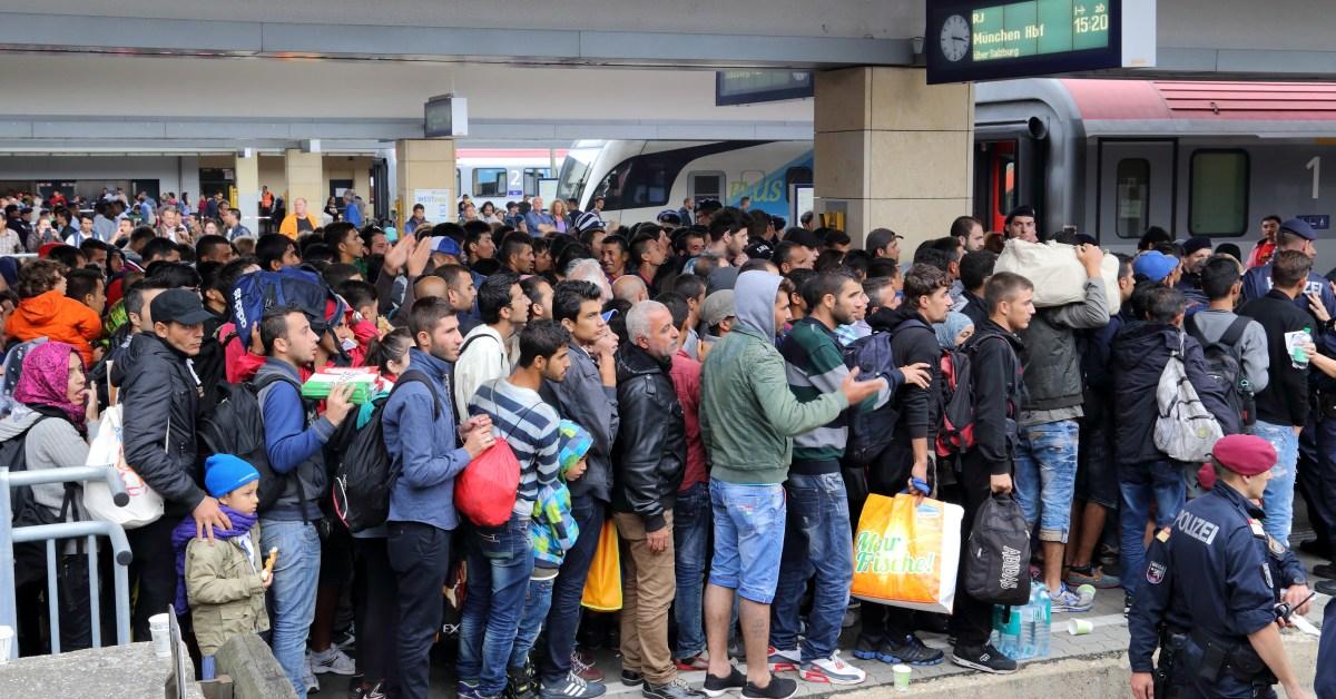 migranti in attesa di salire sul treno alla Stazione di Vienna Ovest