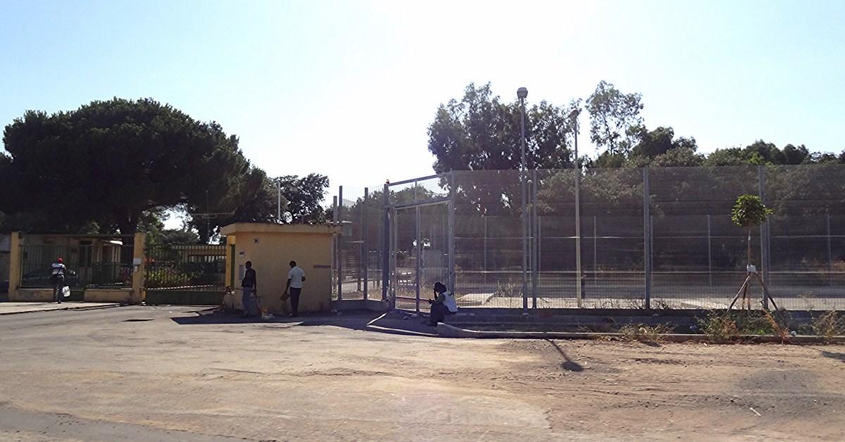 L'ingresso del Centro di Accoglienza Richiedenti Asilo (CARA) e Centro di identificazione ed espulsione (CIE) di Sant'Anna, Isola Capo Rizzuto, Crotone, per la gestione dell'immigrazione