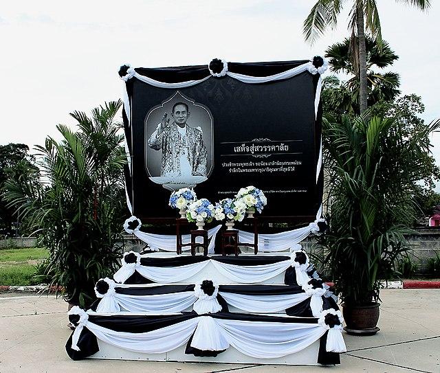 Un monumento in ricordo di Bhumibol Adulyadej