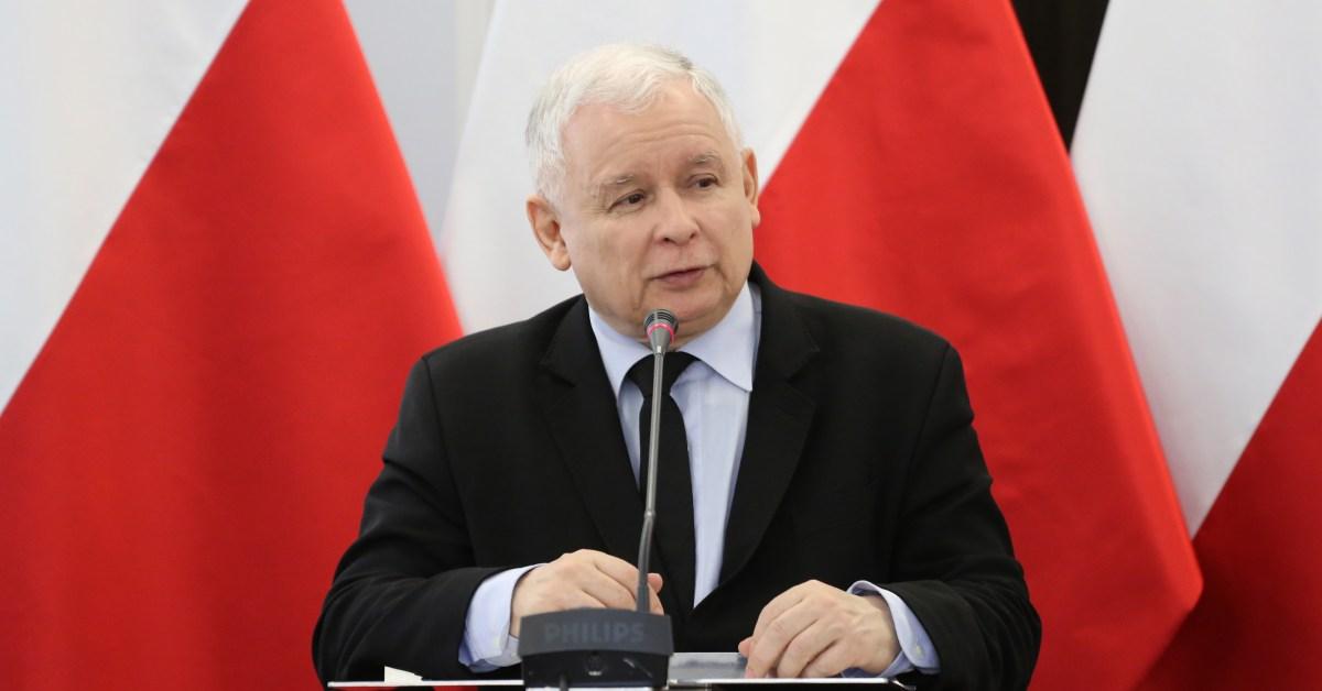 Una foto di Jarosław Kaczyński durante un discorso