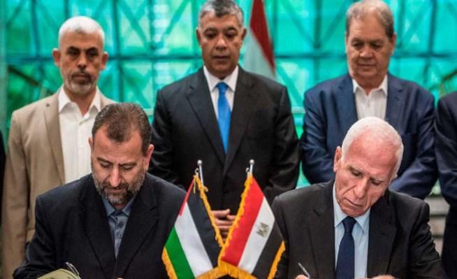 a-destra-Azzam-al-Ahmad-di-Fatah-e-Saleh-al-Arouri-di-Hamas-firmano-laccordo-tra-le-parti-al-Cairo