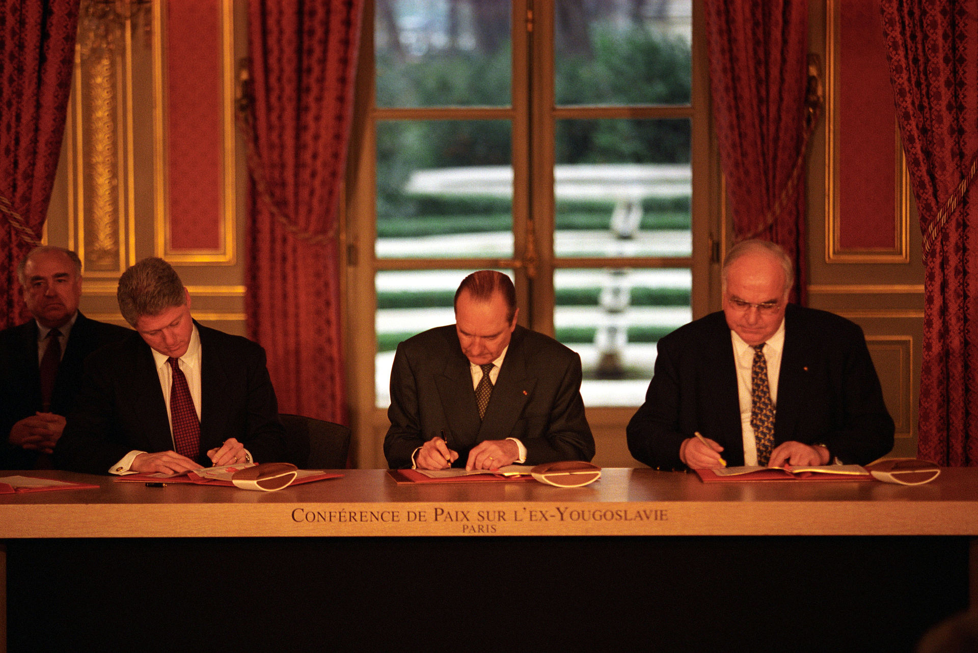 Clinton_Chirac_Kohl_sign_the_Balkan_Peace_Agreement.jpg