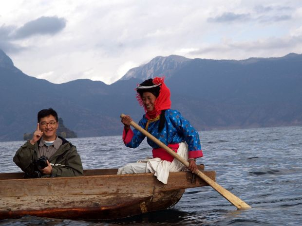 Lake_Lugu_With_Moshui-Zu_Woman